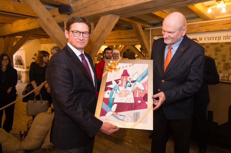 Prezydent Michał Zaleski (z prawej) i Andrzej Olszewski z Żywego Muzeum Piernika świętują 10-lecie muzeum w 2016 r.