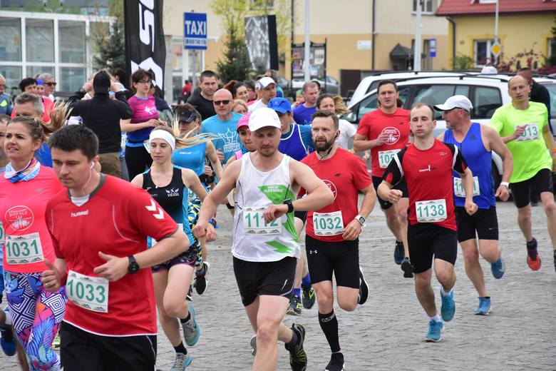 """Ponad sto osób rywalizowało w biegu na 11 kilometrów w Daleszycach. Odbył się on w ramach cyklu Cross Run. Patronem medialnym tego wydarzenia jest """"Echo"""
