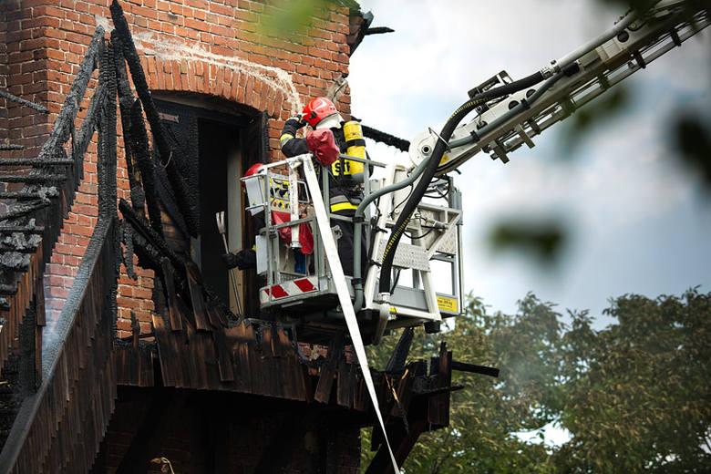 Z ogniem walczyło dziesięć zastępów straży pożarnej.