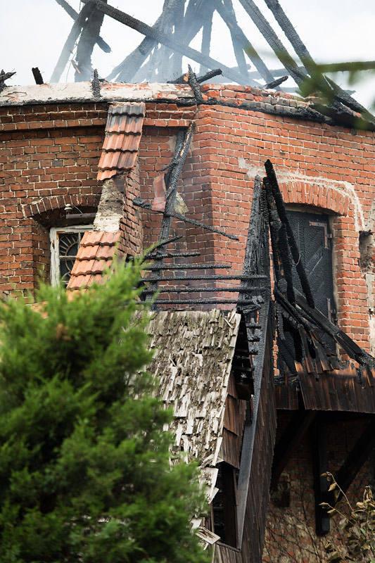 - Spłonęło wnętrze baszty, więźba dachowa oraz dach. Nie mamy informacji, by w wyniku pożaru ktoś ucierpiał - mówi dyżurny Wojewódzkiego Stanowiska Koordynacji