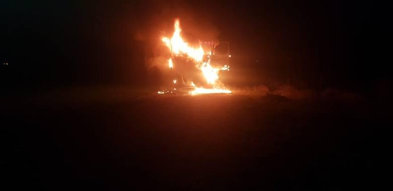 Kilka zastępów strażaków ochotników i zawodowcy z Międzyrzecza brali udział w gaszeniu tira, który zapalił się przed zjazdem na autostradę między Lutolem