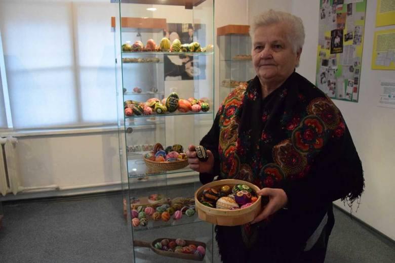 Genowefa Sztukowska-Skardzińska z Lipska nad Biebrzą w ciągu roku wykonuje około 2 tysięcy pisanek (wideo)