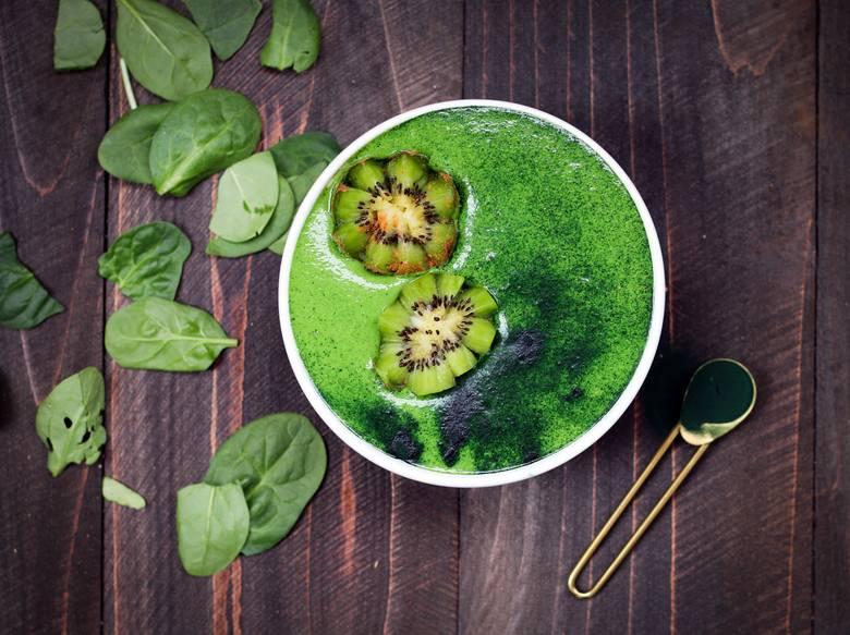 Polecanym dodatkiem do soków i koktajli są bogate odżywczo sproszkowane algi chlorella i spirulina.