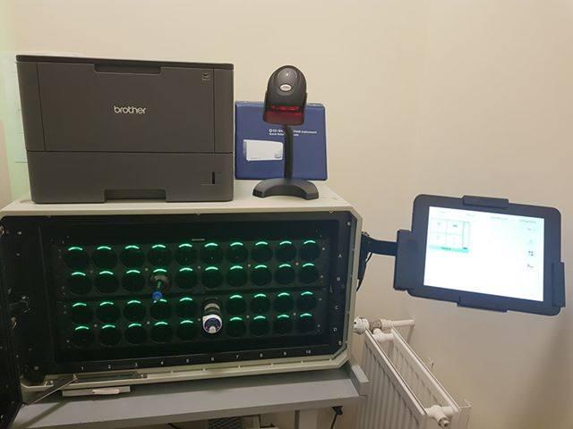 Kolejny ważny sprzęt to System satelitarny do posiewu krwi BD BACTEC FX40 wartości ponad 46,5 tys. zł, który właśnie dziś jest instalowany w lecznicy.