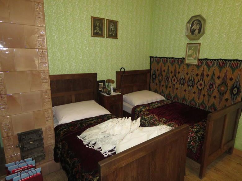 3.Wiernie odtworzona sypialnia rodziny Wojtyłów w Muzeum Dom Rodzinny Ojca Świętego Jana Pawła II. 18 maja 1920 w tej sypialni przyszedł na świat Karol