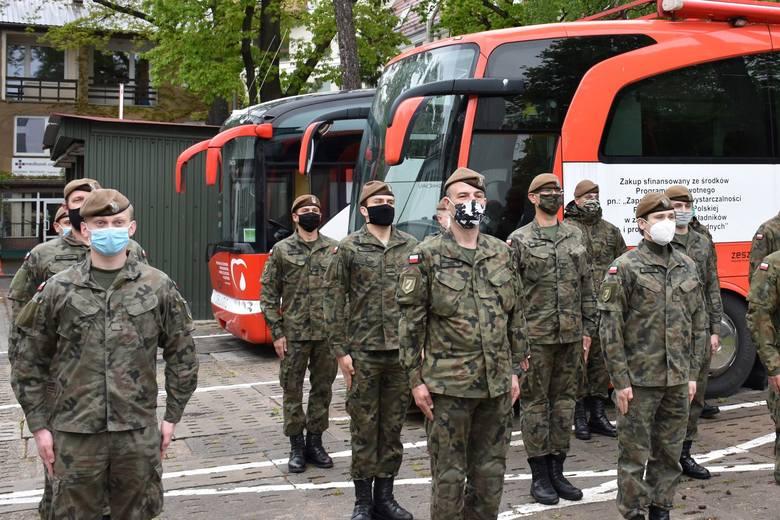 Ozdrowieńcy w mundurach oddają krew. Są wśród nich żołnierze ze Słupska