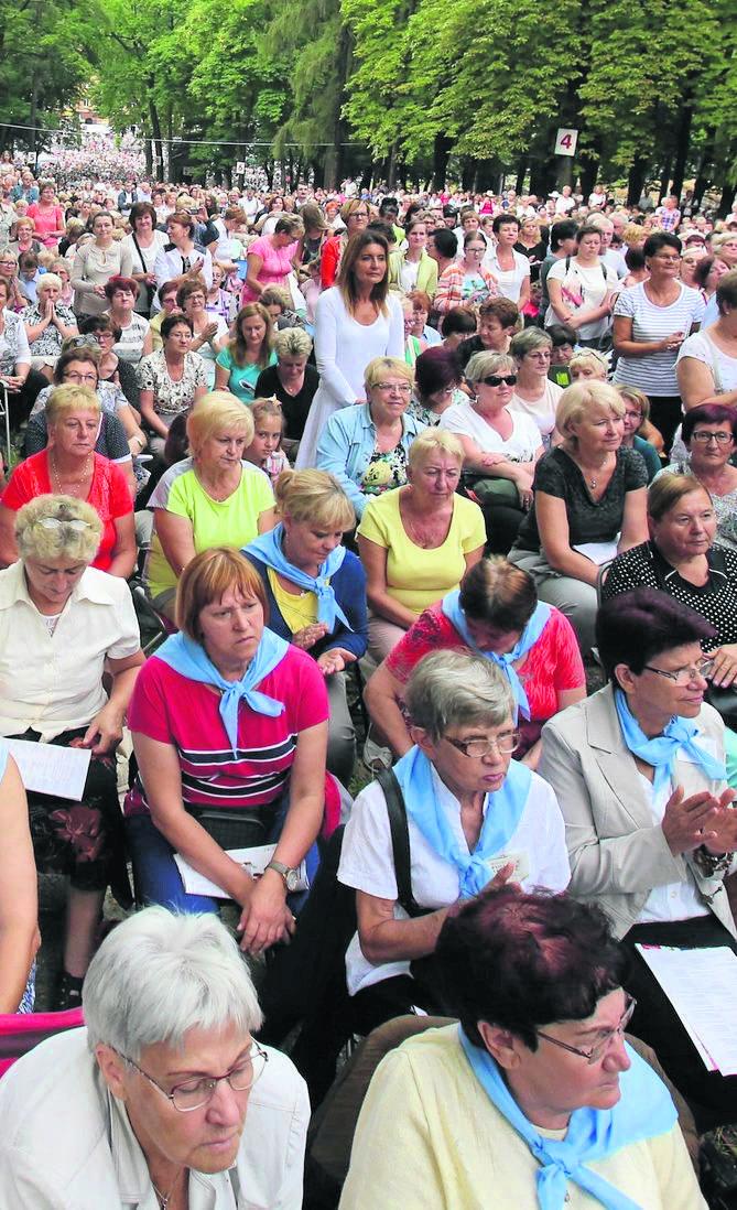 Każdego roku na wzgórzu kalwaryjskim gromadzą się kobiety z całego regionu i kraju. To często pokolenia kobiet i dziewcząt