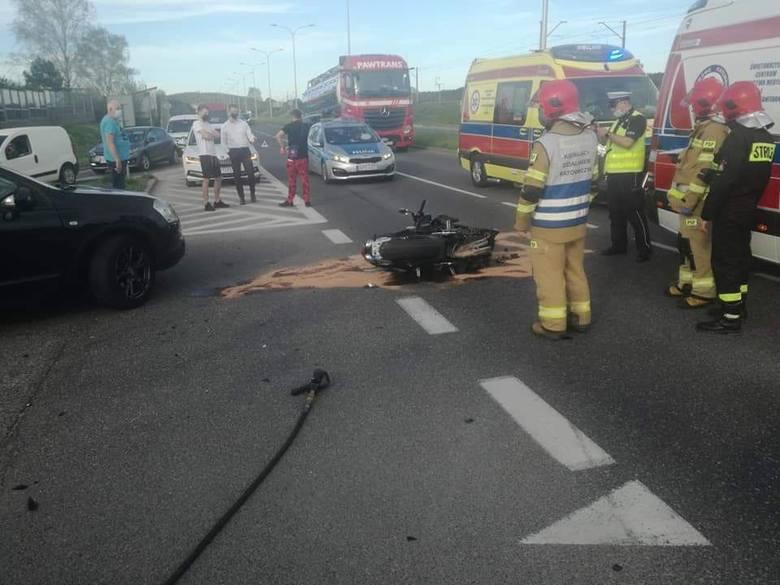 W ciężkim stanie trafił do szpitala motocyklista ranny w wypadku, jaki wydarzył się w poniedziałek po godzinie 17 na ulicy Krakowskiej w Kielcach.- Jak