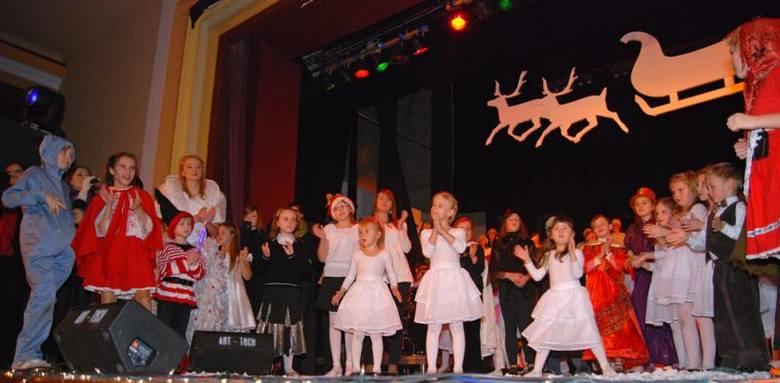 Aktorami, tancerzami i muzykami byli uczniowie szkoly muzycznej i Mlodziezowego Studium Muzyki Rozrywkowej w Oleśnie.