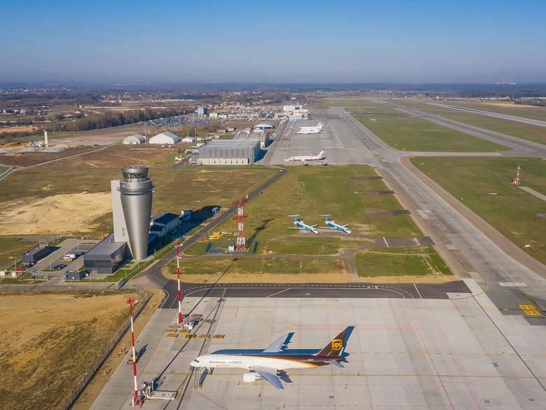 Widok na lotnisko, hangar i nową wieżę od strony wschodniej.