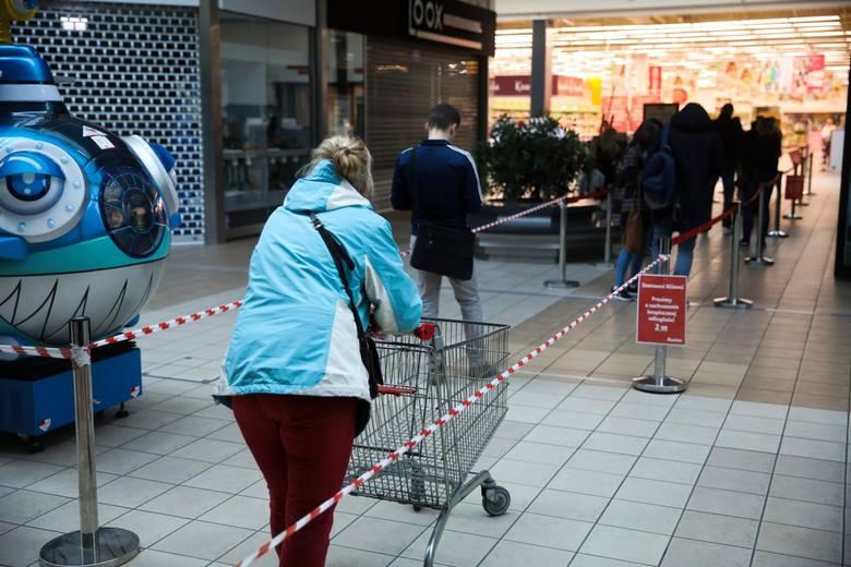 Auchan po świętach czynny jest w godz. 6.30-21. Carrefour w Centrum Handlowym Nowe Bielawy zaprasza klientów w godz. 6.30-23. W tym samym centrum do