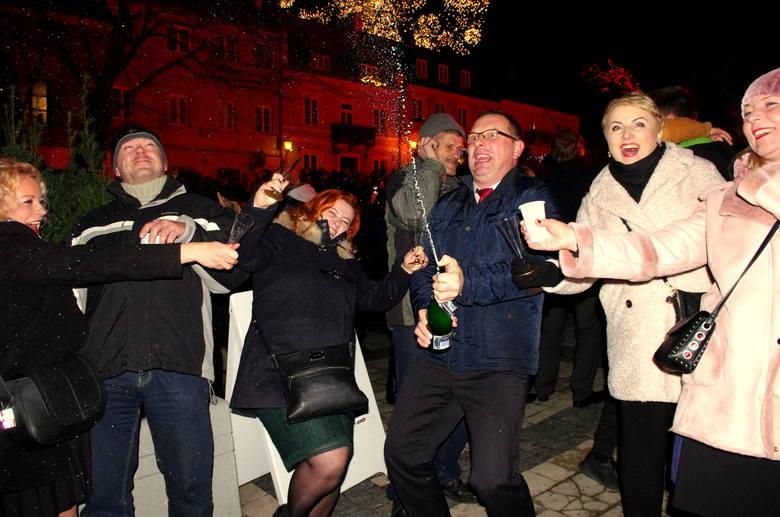 Sylwestrową noc 2018/2019 na sandomierskiej starówce rozpoczął koncert zespołu Projectband z repertuarem najpopularniejszych przebojów. Tuż przed północą