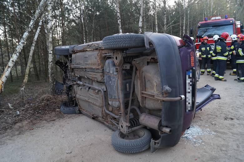 Wypadek w Piaseczni gmina Kadzidło. Kierowca uderzył w drzewo