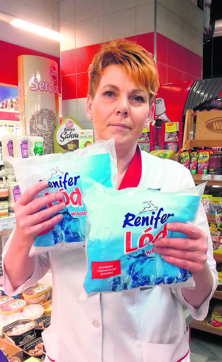 Ilona Krakowiak z Centralu prezentuje kilogramowe worki z gotowym lodem.