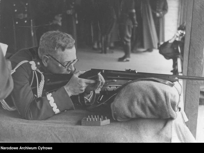 Generał brygady Franciszek Kleeberg oddaje honorowy strzał z karabinka sportowego wz. 31 (koniec lat 30.)