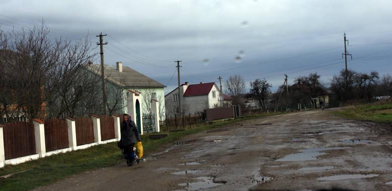 Kobieta spod Chyrowa idzie na przystanek autobusowy w swojej wsi. Stamtąd pojedzie do granicy z Polską. W torbie ma to, co zwykle: dwie paczki papierosów, butelkę wina, keczup, przecier pomidorowy i trochę słodyczy.