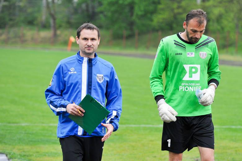 Trener Pogoni Paweł Walaszczyk (po lewej) cieszył się głównie z wyniku.