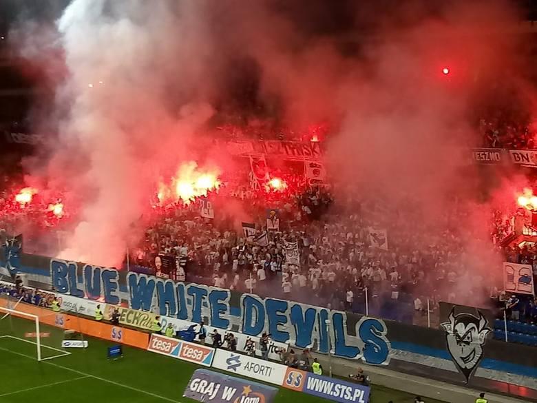 Podczas piątkowego meczu Lech Poznań ze Śląskiem Wrocław kibice Kolejorza zaprezentowali efektowną oprawę. Mimo przegranej ukochanej drużyny kibice dali