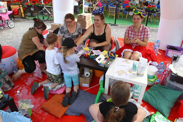"""Na rzeszowskim Rynku trwa święto krwiodawstwa, organizowany  w ramach """"Trasy Czerwonej Nitki"""". Piknik rodzinny ma poszerzyć tematykę krwiodawstwa i edukować"""