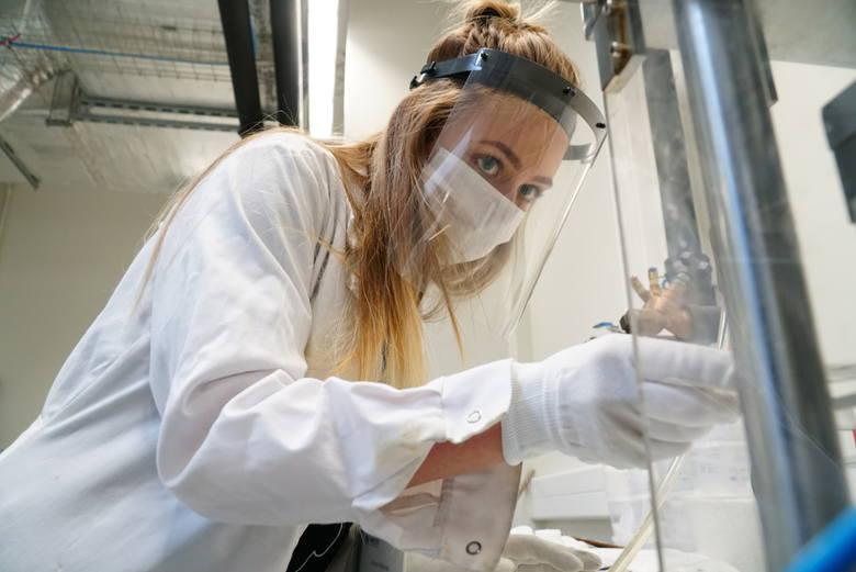 Naukowcy z Centrum Zaawansowanych Technologii UAM rozpoczęli produkcję przyłbic ochronnych. Dzięki metodzie wtryskowej mogą wytworzyć nawet 70 przyłbic