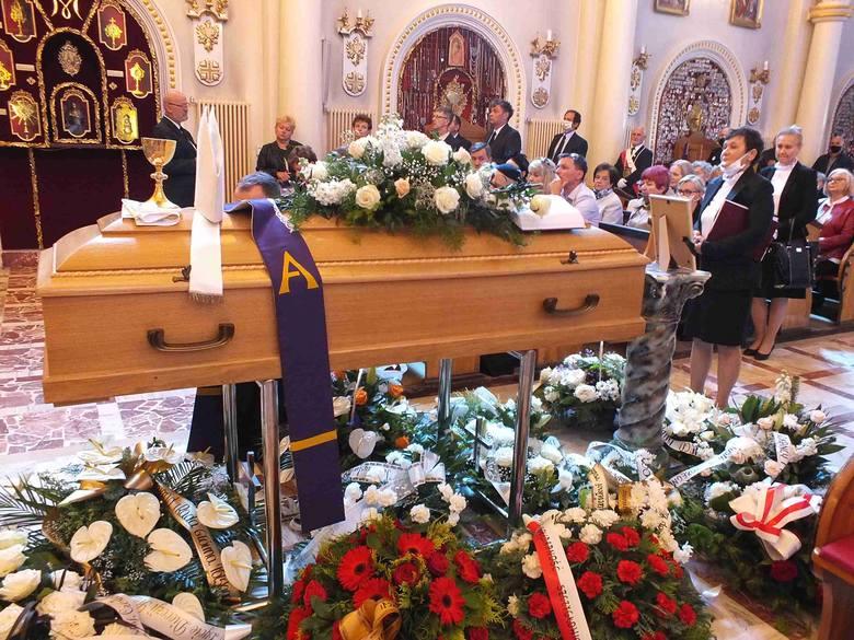 Przy pięknej pogodzie pożegnaliśmy w Kałkowie księdza infułata Czesława Walę (ZDJĘCIA)