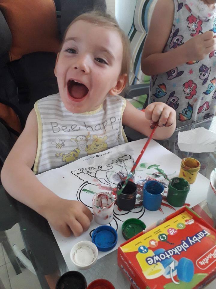 Wiktoria Pawłowska cierpi na rzadką chorobę genetyczną - zespół Aicardiego-Goutieresa AGS, która spowodowała, że od 16. miesiąca życia u dziewczynki