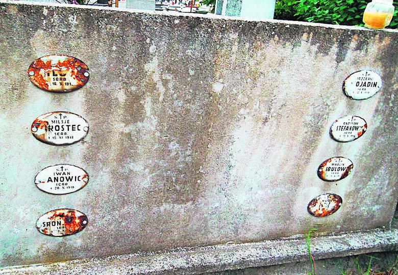 Jeden z grobów serbskich jeńców z I wojny światowej na cmentarzu w Mogilnie.