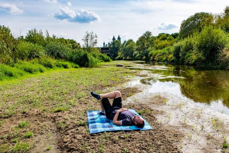 W rzece niedaleko katedry jest praktycznie sucho. Wody jest na tyle mało, że rozkładając koc na środku rzeki, można sobie zrobić piknik...Przejdź dalej