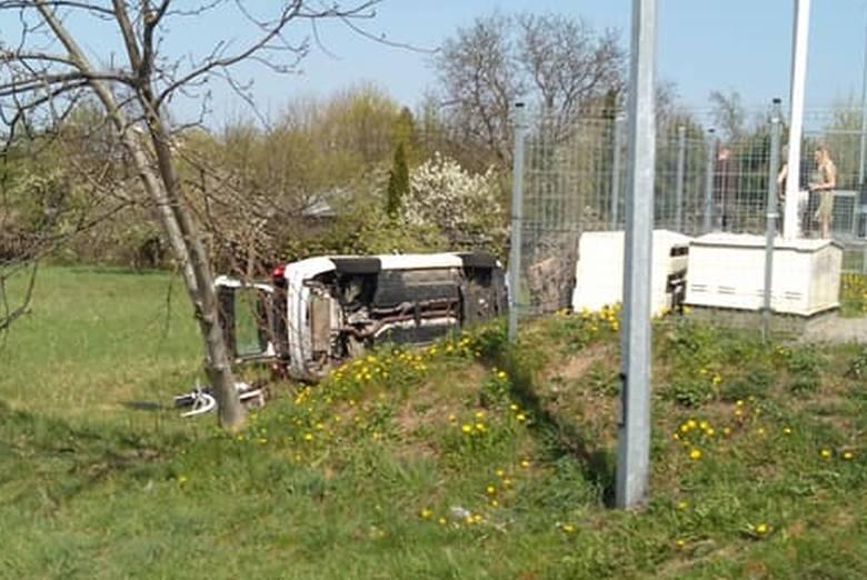 Samochód spadł ze skarpy przy stacji paliw BP na Kopernika w Białymstoku