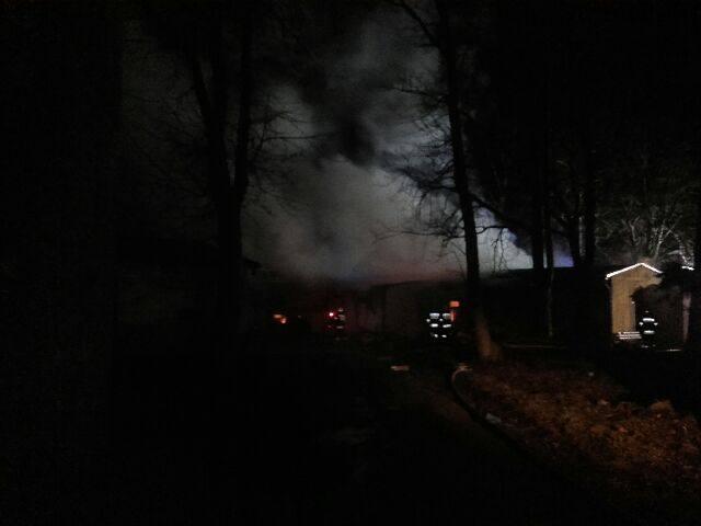 Nocny pożar byłego ośrodka wczasowego w Jarosławcu [ZDJĘCIA]