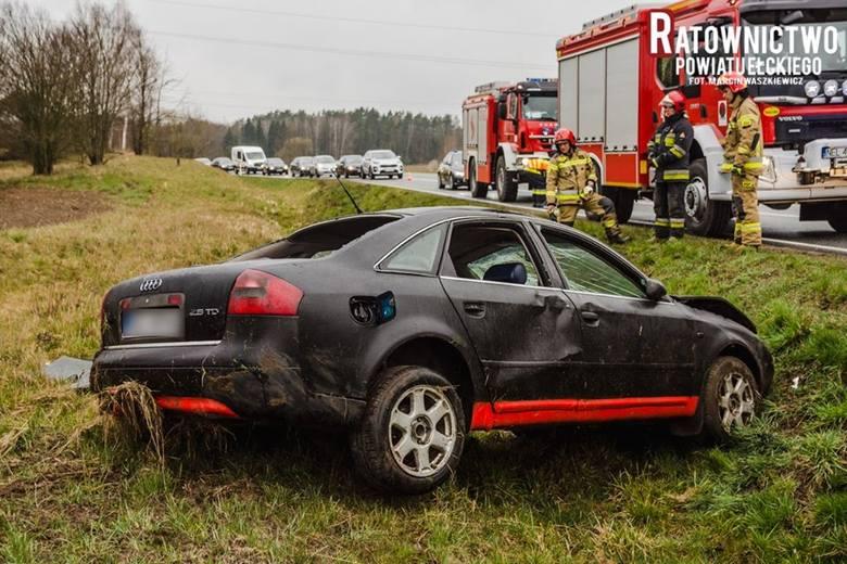 Wypadek na drodze krajowej nr 16. Na trasie Sędki - Ełk, kierowca audi wjechał do rowu (zdjęcia)