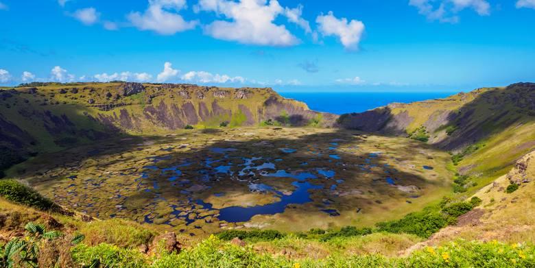 A są i takie moai, które nie opuściły kamieniołomu w kraterze wulkanu Rano Raraku, gdzie je wykuwano.
