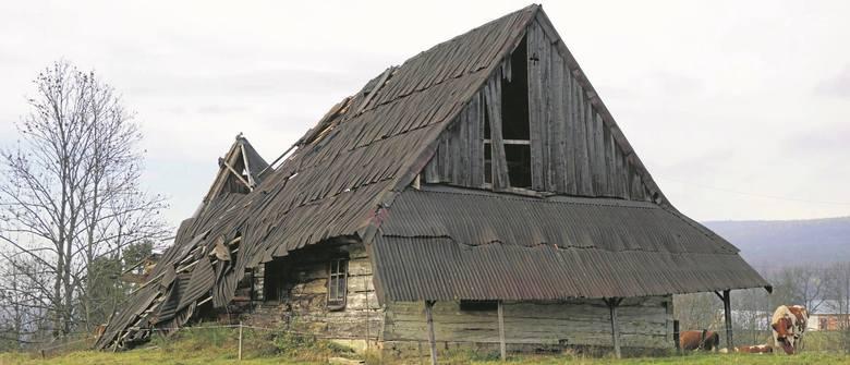 Ta zrujnowana chyża łemkowska jeszcze rok temu stała we wsi Bartne koło Gorlic (Beskid Niski). Dziś już jej nie zobaczymy