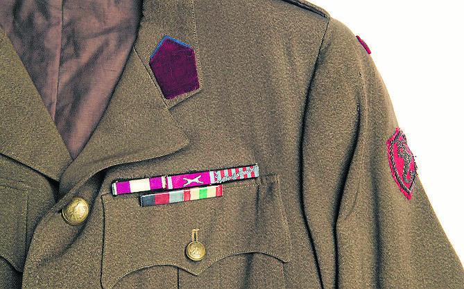 Kurtka mundurowa kpt. Massalskiego znajdująca się w zbiorach Muzeum Okręgowego. Nad lewą kieszenią baretki odznaczeń wojskowych