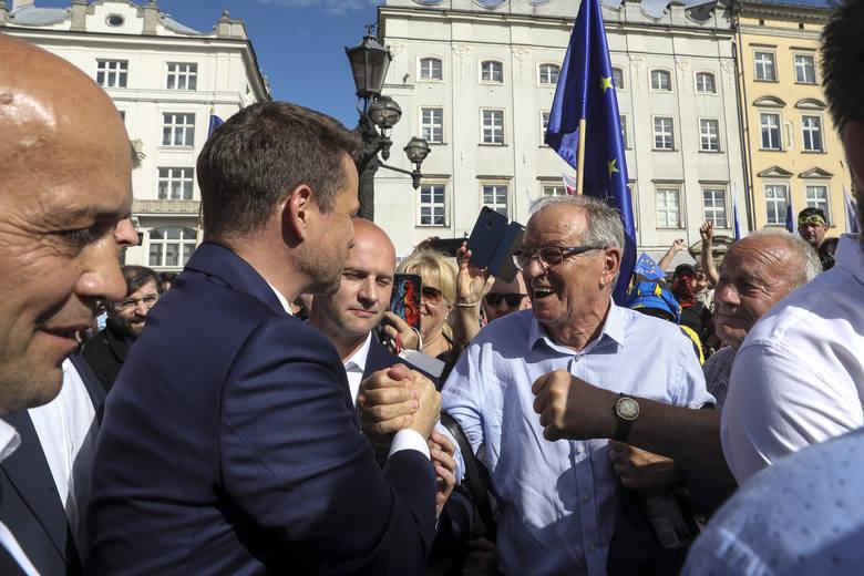 """Tłumy na przemówieniu Trzaskowskiego. """"Wychodzę z wami na pole, na ubite pole, upomnieć się o lepszą Polskę"""""""