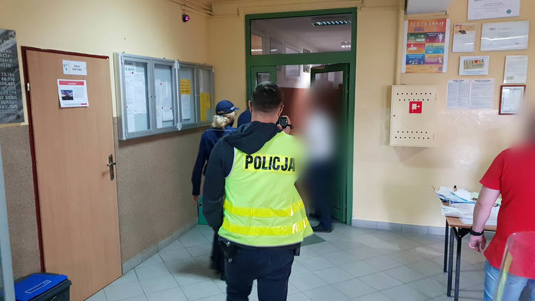 Policja w lokalu wyborczym nr 1 w Strzelcach Opolskich. Funkcjonariuszy wezwał jeden z mieszkańców