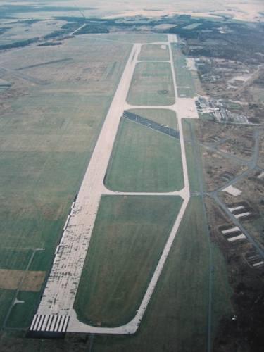 Styczeń 2013. Zaczyna się budowa nowego pasa startowego. Początkowo w Pyrzowicach Niemcy wytyczyli trzy bitumiczno-betonowe pasy o długości od 1000 do 1500 metrów jednakowej szerokości 50 metrów. Na zdj. stary pas. Zimą 2013 rozpoczęto budowę nowego, nieco dłuższego. Jest gotowy, trwają odbiory....