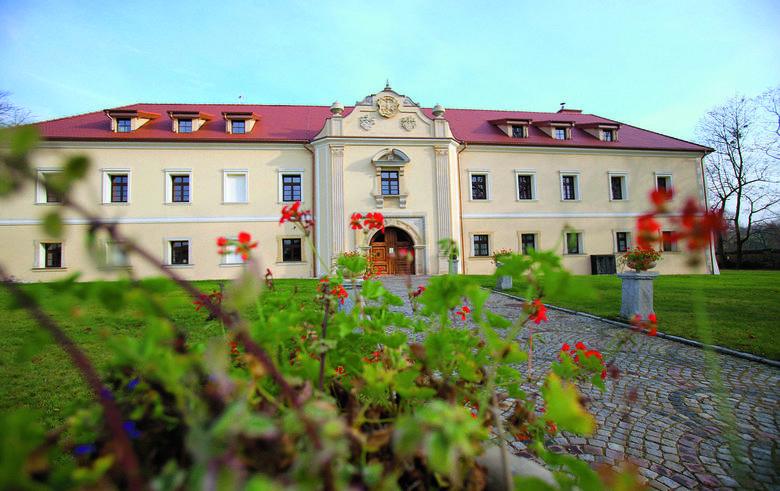Zamek w Pieskowej Skale na Szlaku Orlich Gniazd zbudował w XIV w. Kazimierz III Wielki. Związany jest z Górnym Śląskiem poprzez Mieroszewskich