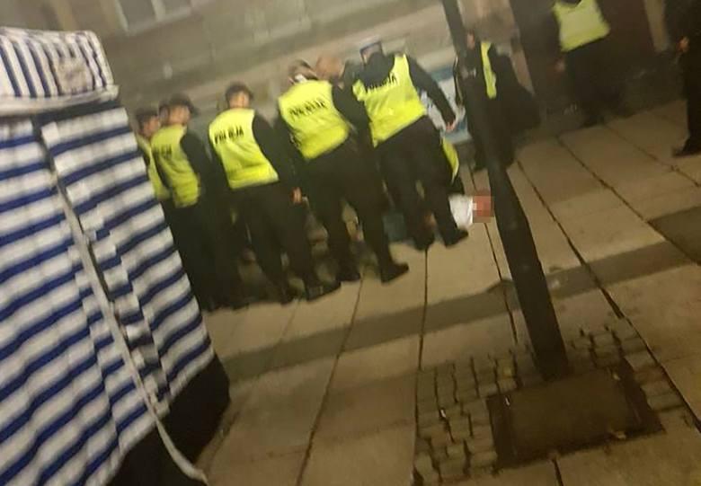Wszystko wydarzyło się w czwartek około godz. 22.00. Na al. Niepodległości pojawiła się grupa agresywnych osób. Zaczęli kopać w instrumenty grajkom.