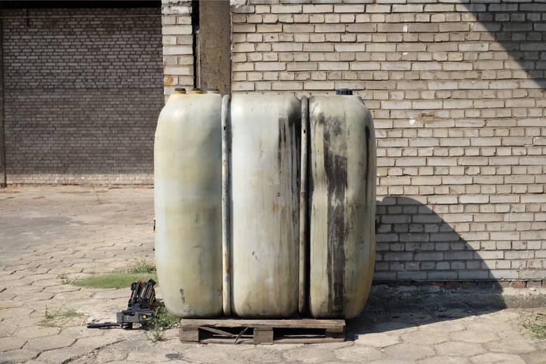Poznańska policja poinformowała w ostatnich dniach o zatrzymaniu 13 osób związanych z nielegalnym składowaniem odpadów niebezpiecznych i toksycznych na terenie Wielkopolski. Śledztwo w sprawie trwało jednak ponad cztery lata. <br /> <br /> Zatrzymane osoby związane są z trzema firmami...
