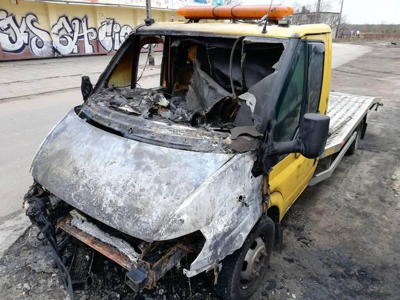 Spalony samochód został zabezpieczony jako dowód w sprawie. Zbadali go policyjni biegli z dziedziny pożarnictwa.