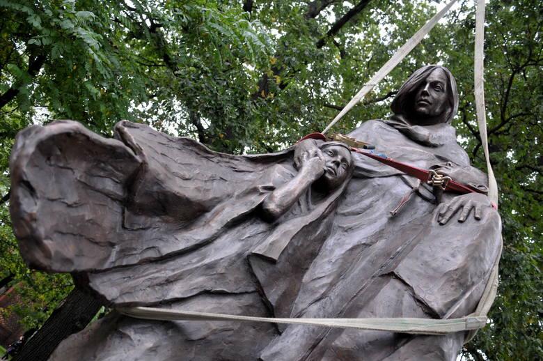 Pomnik Matki Sybiraczka na placu Kolejarza w Zielonej Górze.