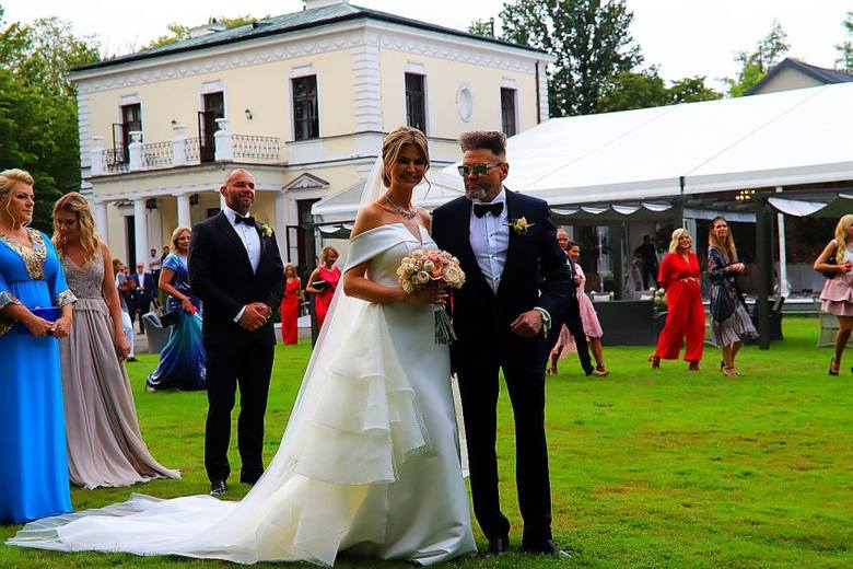 Syn pary, 6 letni Krzysztof Junior,  wystylizowany niczym James Bond ( biała marynarka, ciemne spodnie i słuchawka w uchu) miał podczas ceremonii specjalne