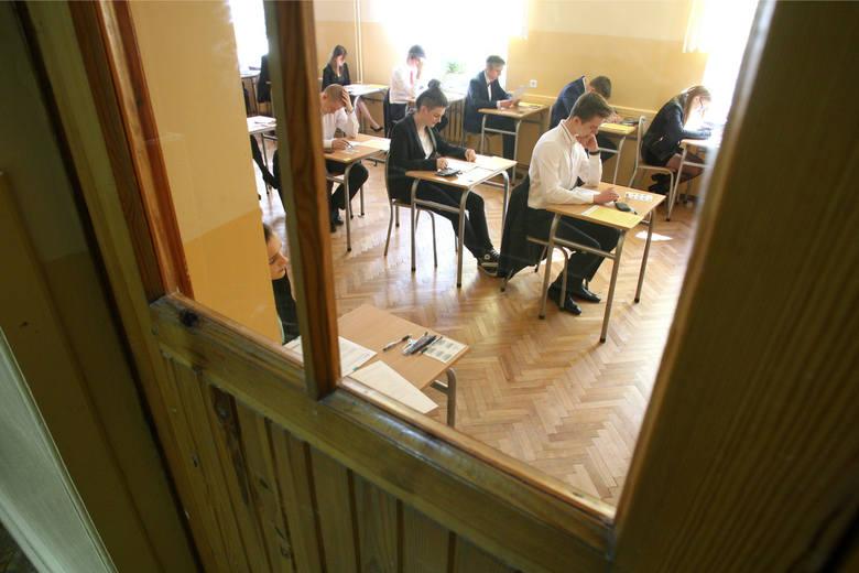 Po majówce czas na... maturę. Uczniowie przygotowują się do egzaminów. Na początek język polski, Maturzyści spekulują, co może pojawić się na egzami