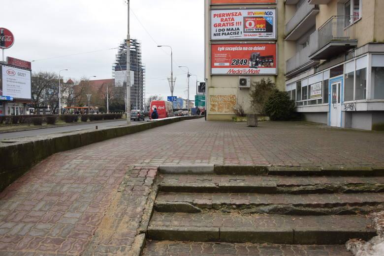 Chodniki w centrum miasta często są albo wąziutkie albo bardzo dziurawe. Straszą przechodniów połamanymi płytkami, licznymi pęknięciami i wybrzuszeniami.