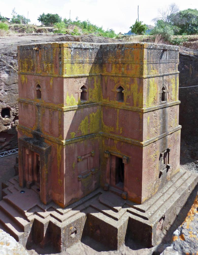 Kościół św. Jerzego (tak prezentuje się z dołu) to jedna z 11 takich budowli w Lalibeli – wszystkie znajdują się na liście światowego dziedzictwa UNESCO.