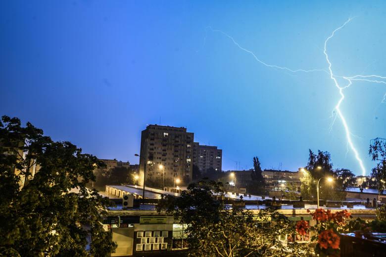 IMGW ostrzega przed burzami. Wydano alert dla 10 województw [Mapa burzowa online i radar opadów]