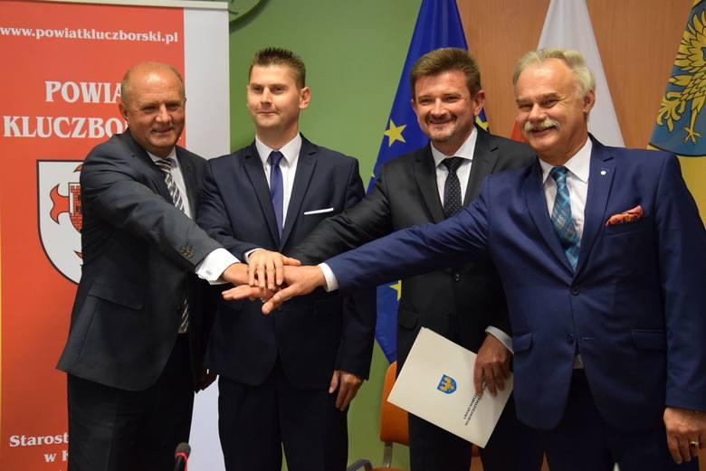 Umowę na wielkie inwestycje unijne podpisali (na zdjęciu od lewej): marszałek Andrzej Buła, członek powiatu kluczborskiego Jakub Goliński, starosta Piotr
