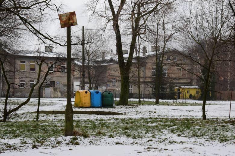 Niewielki skwer przy ulicy Poznańskiej w Inowrocławiu. Mieszkańcy Mątew od lat monitują o rewitalizację tego miejsca. Uwagę przykuwają zwłaszcza pozostałości
