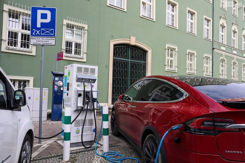 W Szczecinie ma być więcej ogólnodostępnych stacji ładowania aut elektrycznych i hybrydowych. Jest plan budowy. Znamy lokalizacje